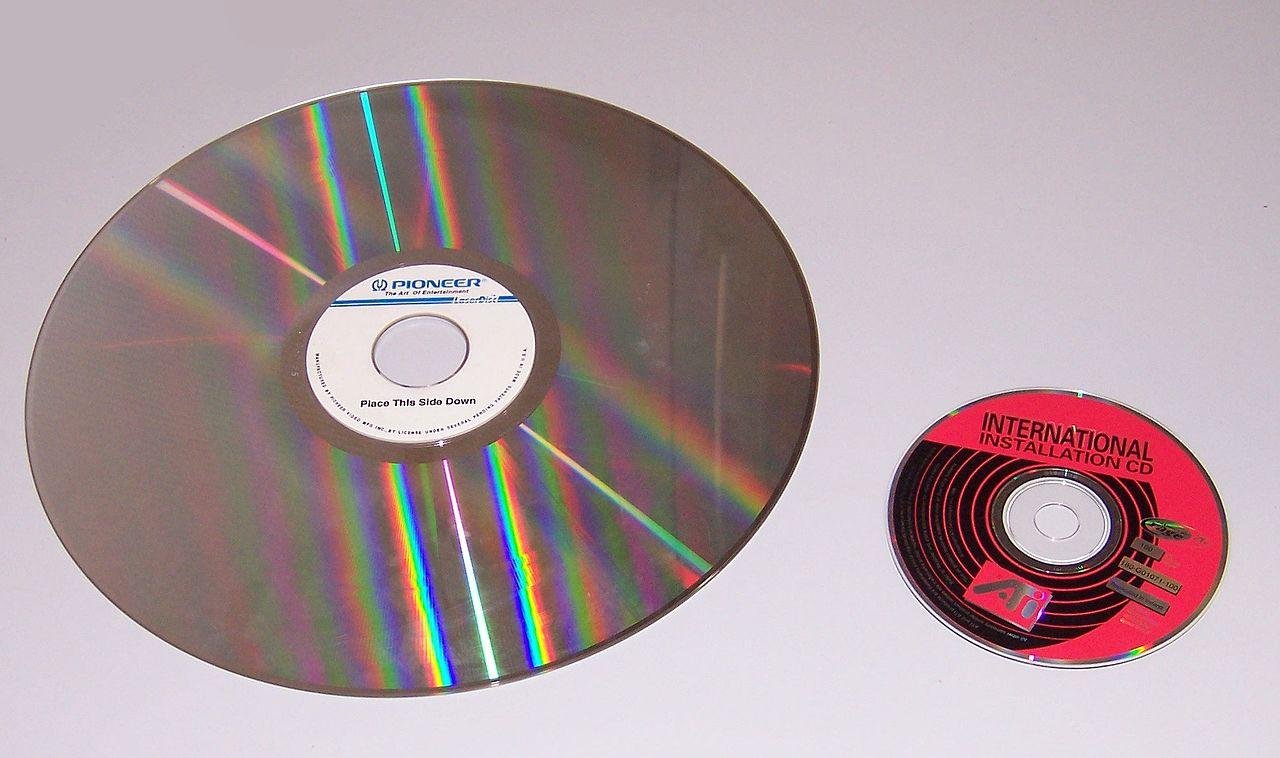Die Laserdisc im Vergleich mit einer herkömmlichen CD. Quelle: Robert Mönnich