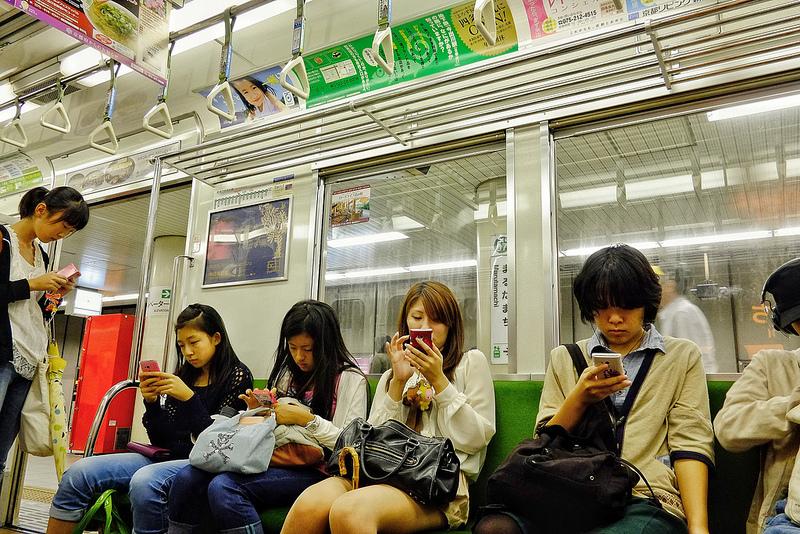 """Dass Mobilspiele längst ein fester Bestandteil des Alltags der meisten Japaner sind, kann Asien-Fan Eippert aus eigener Erfahrung bestätigen: """"Anders als im PKW-zentrierten Westen dominieren in den urbanen Gebieten Japans öffentliche Verkehrsmittel. Schüler, Studenten und Berufstätige verbringen täglich viel Zeit in Bus und Bahn. Auf meinen Geschäftsreisen nach Tokio und Osaka gab es keine Bahnfahrt, auf der nicht mindestens ein Drittel der Leute entweder eine Handheld-Konsole oder ein Smartphone in der Hand hielt."""""""