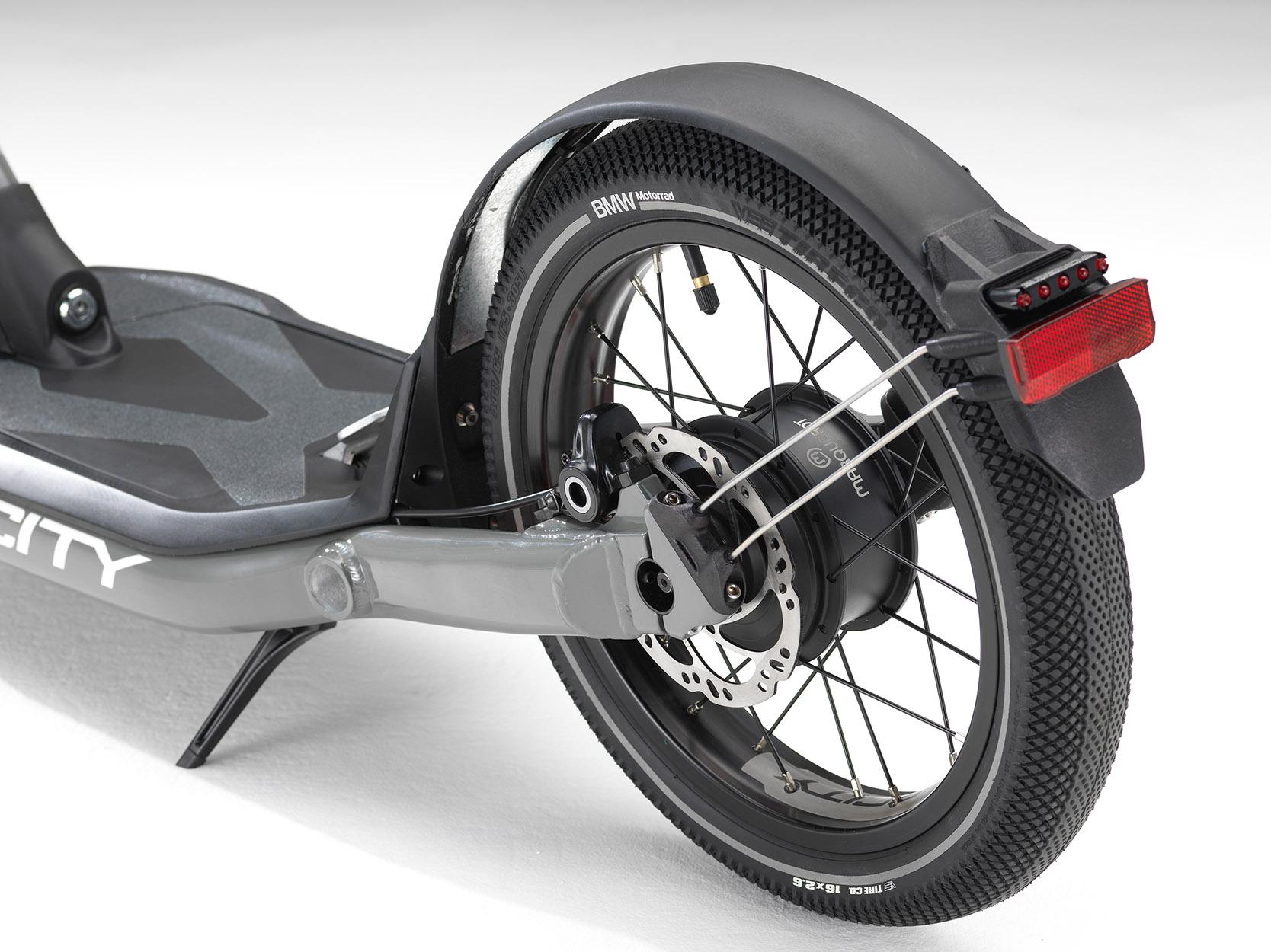 Tretroller mit E-Motor. (Quelle: BMW)